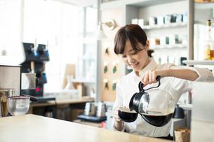 コーヒーを注ぐ20代カフェ店員の写真素材 [FYI01737223]