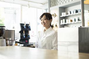 カウンターの前で話すカフェ店員の写真素材 [FYI01737230]