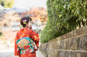 着物を着た女性の後ろ姿の写真素材 [FYI01737250]