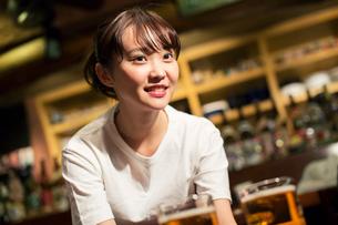 ビールを運ぶ笑顔の居酒屋店員の写真素材 [FYI01737270]