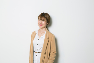 笑顔の20代女性のポートレートの写真素材 [FYI01737271]