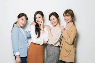 笑顔の20代女性4人のポートレートの写真素材 [FYI01737282]