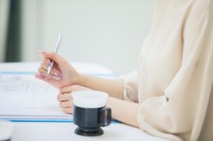 ペンを持つ女性の手元の写真素材 [FYI01737289]