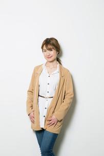笑顔の20代女性のポートレートの写真素材 [FYI01737294]
