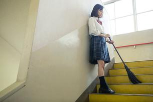 廊下の掃除をする女子高校生の写真素材 [FYI01737327]