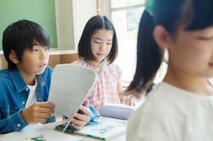 小学生の授業風景の写真素材 [FYI01737340]