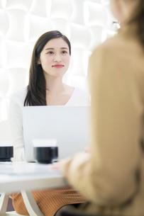 パソコンを使いミーティングをする20代OL2人の写真素材 [FYI01737346]