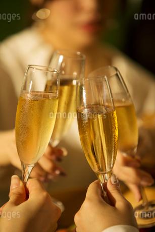 シャンパンを持つ女性の手元の写真素材 [FYI01737361]