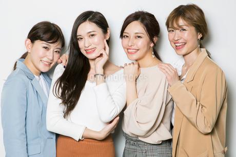 笑顔の20代女性4人のポートレートの写真素材 [FYI01737365]