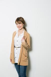 笑顔の20代女性のポートレートの写真素材 [FYI01737378]