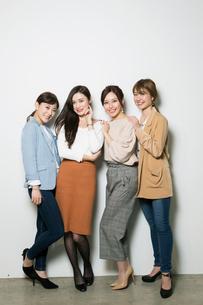 笑顔の20代女性4人のポートレートの写真素材 [FYI01737380]