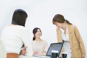 パソコンを使いミーティングをする20代OL3人の写真素材 [FYI01737388]