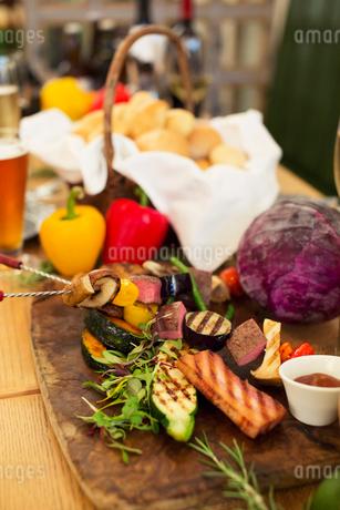 テーブルの上に置かれた食事の写真素材 [FYI01737391]