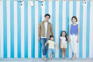 裸足で立つ笑顔の家族の写真素材 [FYI01737422]