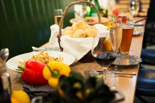 テーブルの上に置かれた食事の写真素材 [FYI01737443]