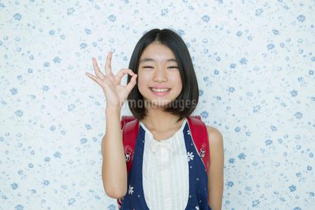 オッケーサインをする小学生女子の写真素材 [FYI01737456]