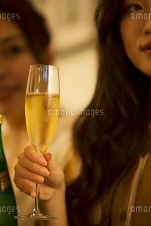 シャンパンを持つ女性の手元の写真素材 [FYI01737466]