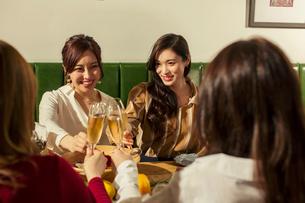 乾杯をする20代女性4人の写真素材 [FYI01737477]