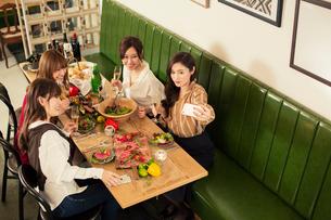 女子会を楽しむ20代女性4人の写真素材 [FYI01737493]