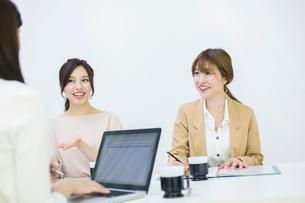パソコンを使いミーティングをする20代OL3人の写真素材 [FYI01737494]