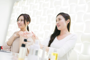 化粧品のミーティングをする20代女性2人の写真素材 [FYI01737500]