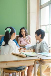 小学生の授業風景の写真素材 [FYI01737501]