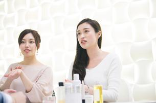 化粧品のミーティングをする20代女性2人の写真素材 [FYI01737526]