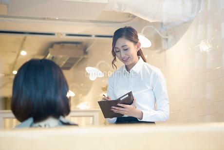 カフェでオーダーをする20代女性の写真素材 [FYI01737536]