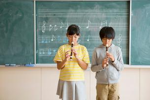 リコーダーを吹く小学生男女の写真素材 [FYI01737540]