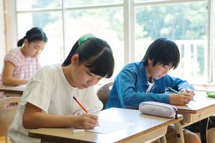 真剣に勉強をする小学生達の写真素材 [FYI01737548]