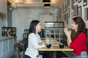 カフェで会話する笑顔の親子の写真素材 [FYI01737550]