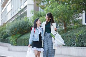 買い物帰りの笑顔の親子の写真素材 [FYI01737561]