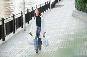 買い物帰りの30代女性の写真素材 [FYI01737573]
