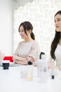 化粧品のミーティングをする20代女性2人の写真素材 [FYI01737583]