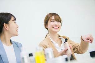 化粧品のミーティングをする20代女性2人の写真素材 [FYI01737589]