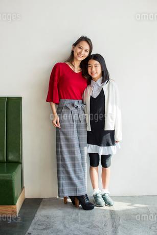 仲良し親子のポートレートの写真素材 [FYI01737618]