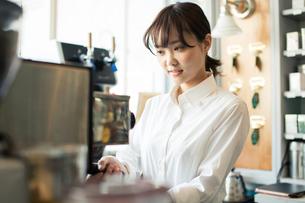 コーヒーを作る20代カフェ店員の写真素材 [FYI01737636]