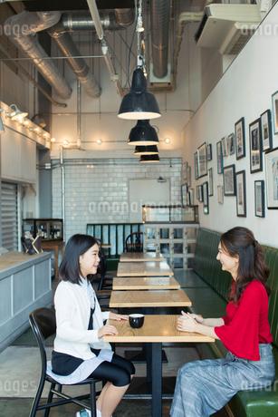 カフェで会話する笑顔の親子の写真素材 [FYI01737649]