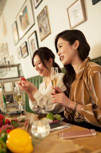 女子会を楽しむ20代女性2人の写真素材 [FYI01737658]
