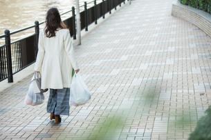 買い物帰りの30代女性の後ろ姿の写真素材 [FYI01737676]