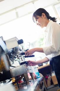 コーヒーを作る20代カフェ店員の写真素材 [FYI01737677]