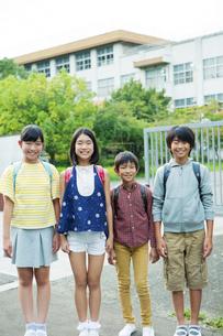 校門の前に立つ小学生男女の写真素材 [FYI01737678]