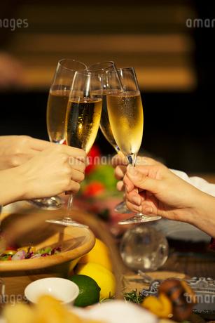 シャンパンを持つ女性の手元の写真素材 [FYI01737686]