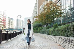 買い物帰りの30代女性の写真素材 [FYI01737698]