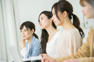 面接をする20代女性4人の写真素材 [FYI01737700]