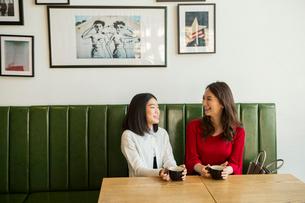 カフェで会話する笑顔の親子の写真素材 [FYI01737701]