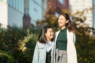 小学生と歩く笑顔の30代女性の写真素材 [FYI01737717]