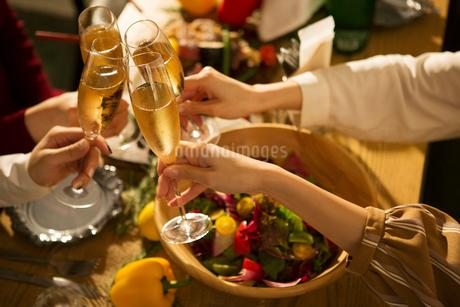 乾杯をする20代女性4人の写真素材 [FYI01737726]
