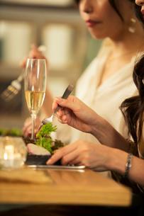 食事を楽しむ20代女性の写真素材 [FYI01737737]