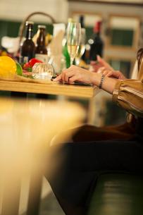 食事を楽しむ20代女性の写真素材 [FYI01737744]